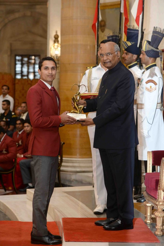 Fouaad Mirza receiving the Arjuna Award from President Ramnath Kovind